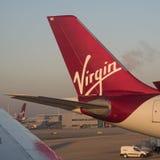 Ουρά του αεροπλάνου ενός επιβατικού αεροπλάνου που παρουσιάζει λογότυπο της Virgin Στοκ φωτογραφία με δικαίωμα ελεύθερης χρήσης