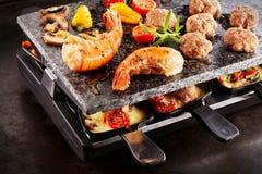 Ουρές και κεφτή γαρίδων που μαγειρεύουν με το raclette στοκ φωτογραφία με δικαίωμα ελεύθερης χρήσης