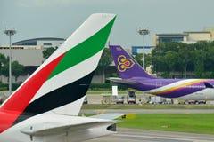 Ουρές του ταϊλανδικού airbus 340-600 εναέριων διαδρόμων και των εμιράτων Boeing 777-300ER Στοκ φωτογραφίες με δικαίωμα ελεύθερης χρήσης