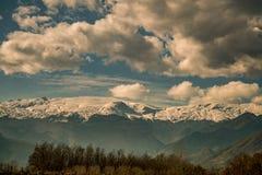 Ουρανοί, βουνό με το χιόνι και δέντρα φυσικά, Ελλάδα στοκ φωτογραφία με δικαίωμα ελεύθερης χρήσης