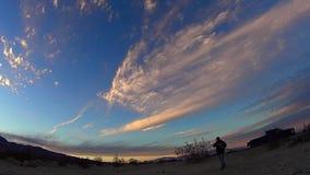 Ουρανοί ερήμων στο ηλιοβασίλεμα - χρονικό σφάλμα απόθεμα βίντεο