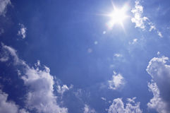 ουρανοί ηλιόλουστοι στοκ φωτογραφία με δικαίωμα ελεύθερης χρήσης