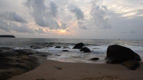 Ουρανοί και ηλιοβασίλεμα κυμάτων άμμου το βράδυ απόθεμα βίντεο