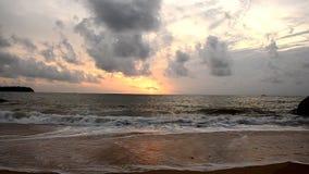 Ουρανοί και ηλιοβασίλεμα κυμάτων άμμου απόθεμα βίντεο