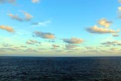 Ουρανοί Aqua και κιτρινωπά χρώματα των σύννεφων στον καραϊβικό ωκεανό στοκ εικόνες με δικαίωμα ελεύθερης χρήσης