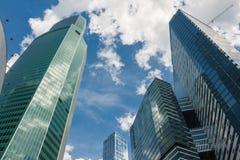Ουρανοξύστες γυαλιού, εμπορικό κέντρο με τα γραφεία Στοκ Εικόνες