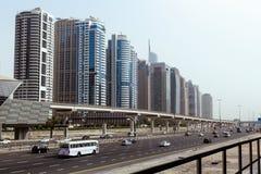Ουρανοξύστες, εθνική οδός και μετρό του Ντουμπάι στο κέντρο της πόλης στοκ φωτογραφία