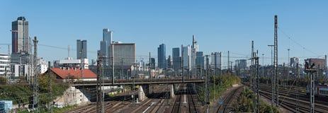 Ουρανοξύστες εικόνας πανοράματος και η κεραία σιδηροδρόμων του κύριου σταθμού της Φρανκφούρτης Στοκ εικόνα με δικαίωμα ελεύθερης χρήσης