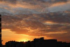 Ουρανοξύστες ηλιοβασιλέματος πόλεων, ήλιος, ουρανός στοκ εικόνες