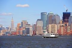 Ουρανοξύστες και βάρκα του Μανχάτταν πόλεων της Νέας Υόρκης Στοκ Φωτογραφίες