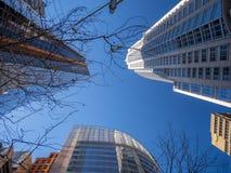 Ουρανοξύστες μια ηλιόλουστη ημέρα στην πόλη στοκ φωτογραφία με δικαίωμα ελεύθερης χρήσης