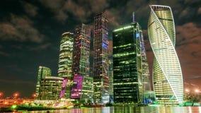 Ουρανοξύστες Μόσχα-πόλεων τή νύχτα με την σύννεφο-κλίση απόθεμα βίντεο