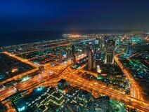 Ουρανοξύστες νύχτας στο Ντουμπάι, Ηνωμένα Αραβικά Εμιράτα Στοκ Εικόνες