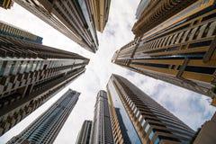 Ουρανοξύστες που εξετάζουν επάνω τον ουρανό Σύγχρονη μητρόπολη Σύγχρονη πόλη στοκ φωτογραφίες