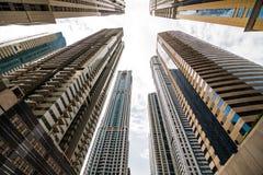 Ουρανοξύστες που εξετάζουν επάνω τον ουρανό Σύγχρονη μητρόπολη Σύγχρονη πόλη στοκ εικόνες