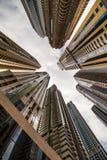 Ουρανοξύστες που εξετάζουν επάνω τον ουρανό Σύγχρονη μητρόπολη Σύγχρονη πόλη στοκ φωτογραφία