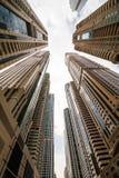Ουρανοξύστες που εξετάζουν επάνω τον ουρανό Σύγχρονη μητρόπολη Σύγχρονη πόλη στοκ εικόνα
