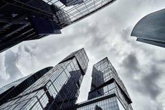 Ουρανοξύστες πόλεων της Μόσχας το καλοκαίρι στη νεφελώδη καιρική προοπτική στοκ εικόνες με δικαίωμα ελεύθερης χρήσης