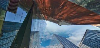 Ουρανοξύστες πόλεων της Νέας Υόρκης με τις αντανακλάσεις Στοκ Εικόνες