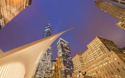 Ουρανοξύστες στην πόλη της Νέας Υόρκης, τραίνο Calatrava ` s WTC, ΗΠΑ Στοκ Φωτογραφία