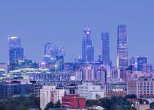 Ουρανοξύστες στο κέντρο πόλεων του Πεκίνου στο λυκόφως Στοκ Εικόνες