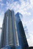 Ουρανοξύστες στο Τελ Αβίβ, Ισραήλ Εταιρικό κτήριο στο σύγχρονο υπόβαθρο αρχιτεκτονικής πόλεων, τονισμός Ακτίνες ήλιων και φλόγα φ Στοκ Εικόνες