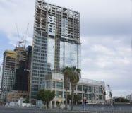 Ουρανοξύστες στο Τελ Αβίβ, Ισραήλ Εταιρικό κτήριο στο σύγχρονο υπόβαθρο αρχιτεκτονικής πόλεων, τονισμός Ακτίνες ήλιων και φλόγα φ Στοκ Εικόνα