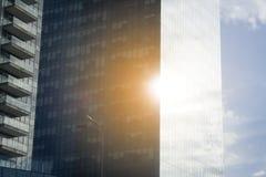 Ουρανοξύστες στο Τελ Αβίβ, Ισραήλ Εταιρικό κτήριο στο σύγχρονο υπόβαθρο αρχιτεκτονικής πόλεων, τονισμός Ακτίνες ήλιων και φλόγα φ Στοκ εικόνες με δικαίωμα ελεύθερης χρήσης