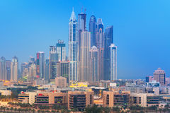 Ουρανοξύστες της μαρίνας του Ντουμπάι τη νύχτα Στοκ Εικόνες