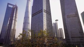 Ουρανοξύστες της περιοχής Pudong ενάντια στο μπλε ουρανό, Σαγκάη, Κίνα απόθεμα βίντεο