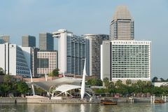 Ουρανοξύστες της Σιγκαπούρης κοντά στον ποταμό της Σιγκαπούρης στοκ φωτογραφίες με δικαίωμα ελεύθερης χρήσης