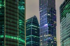 Ουρανοξύστες τη νύχτα Στοκ φωτογραφία με δικαίωμα ελεύθερης χρήσης