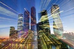 Ουρανοξύστες τη νύχτα στοκ φωτογραφίες