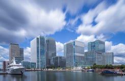 Ουρανοξύστες του Canary Wharf με την κίνηση των σύννεφων στο χρώμα, Λονδίνο, UK Στοκ εικόνα με δικαίωμα ελεύθερης χρήσης