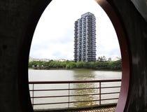 Ουρανοξύστης από τη λίμνη Στοκ Φωτογραφίες