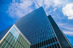 Ουρανοξύστης και ουρανός στοκ εικόνα