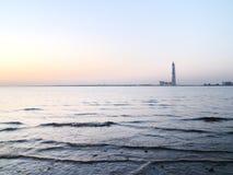 Ουρανοξύστης πέρα από τον ποταμό Στοκ εικόνα με δικαίωμα ελεύθερης χρήσης
