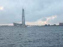 Ουρανοξύστης πέρα από τον ποταμό Στοκ εικόνες με δικαίωμα ελεύθερης χρήσης
