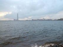 Ουρανοξύστης πέρα από τον ποταμό Στοκ Φωτογραφίες