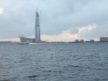 Ουρανοξύστης πέρα από τον ποταμό Στοκ Εικόνες