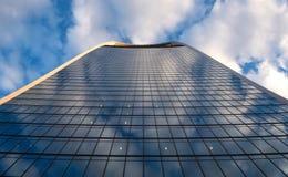 Ουρανοξύστης που ξύνει τον ουρανό Στοκ Εικόνα