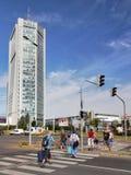 Ουρανοξύστης πόλεων της Πράγας, άνθρωποι στη διάβαση πεζών Στοκ φωτογραφία με δικαίωμα ελεύθερης χρήσης
