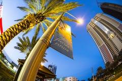 Ουρανοξύστης στην προκυμαία στην ηλιόλουστη παραλία νησιών Στοκ φωτογραφίες με δικαίωμα ελεύθερης χρήσης