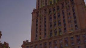 Ουρανοξύστης του Στάλιν στη Μόσχα Άποψη από την πλευρά και το κατώτατο σημείο του κτηρίου 4K απόθεμα βίντεο