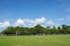Ουρανός αγωνιστικών χώρων ποδοσφαίρου andblue Στοκ φωτογραφία με δικαίωμα ελεύθερης χρήσης