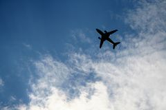 ουρανός αεροπλάνων ηλιόλουστος Στοκ Φωτογραφίες