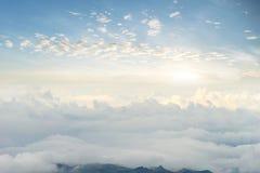Ουρανός βουνών πρωινού άποψης και phu tubberk Ταϊλάνδη ομίχλης Στοκ Φωτογραφίες