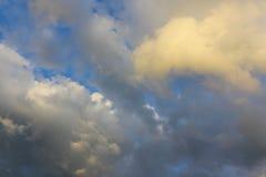 Ουρανός βραδιού μετά από τη βροχή, πολλές σκιές στα σύννεφα όμορφος Στοκ Εικόνες