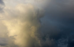 Ουρανός βραδιού μετά από τη βροχή, πολλές σκιές στα σύννεφα όμορφος Στοκ εικόνα με δικαίωμα ελεύθερης χρήσης