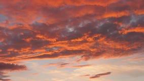 Ουρανός βραδιού με τα δραματικά σύννεφα ηλιοβασιλέματος απόθεμα βίντεο